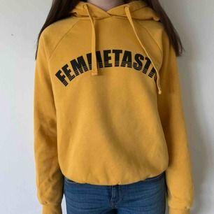 Gul hoodie från Gina Tricot i storlek S. Köparen står för frakten men kan mötas upp i Helsingborg.