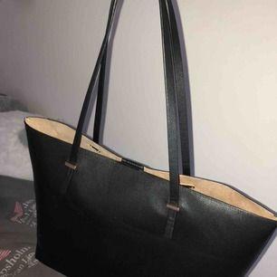 Nästan helt ny väska från h&m säljer pga jag köpte en ny så använder den inte. Smidig väska med mycket plats. Original pris 199