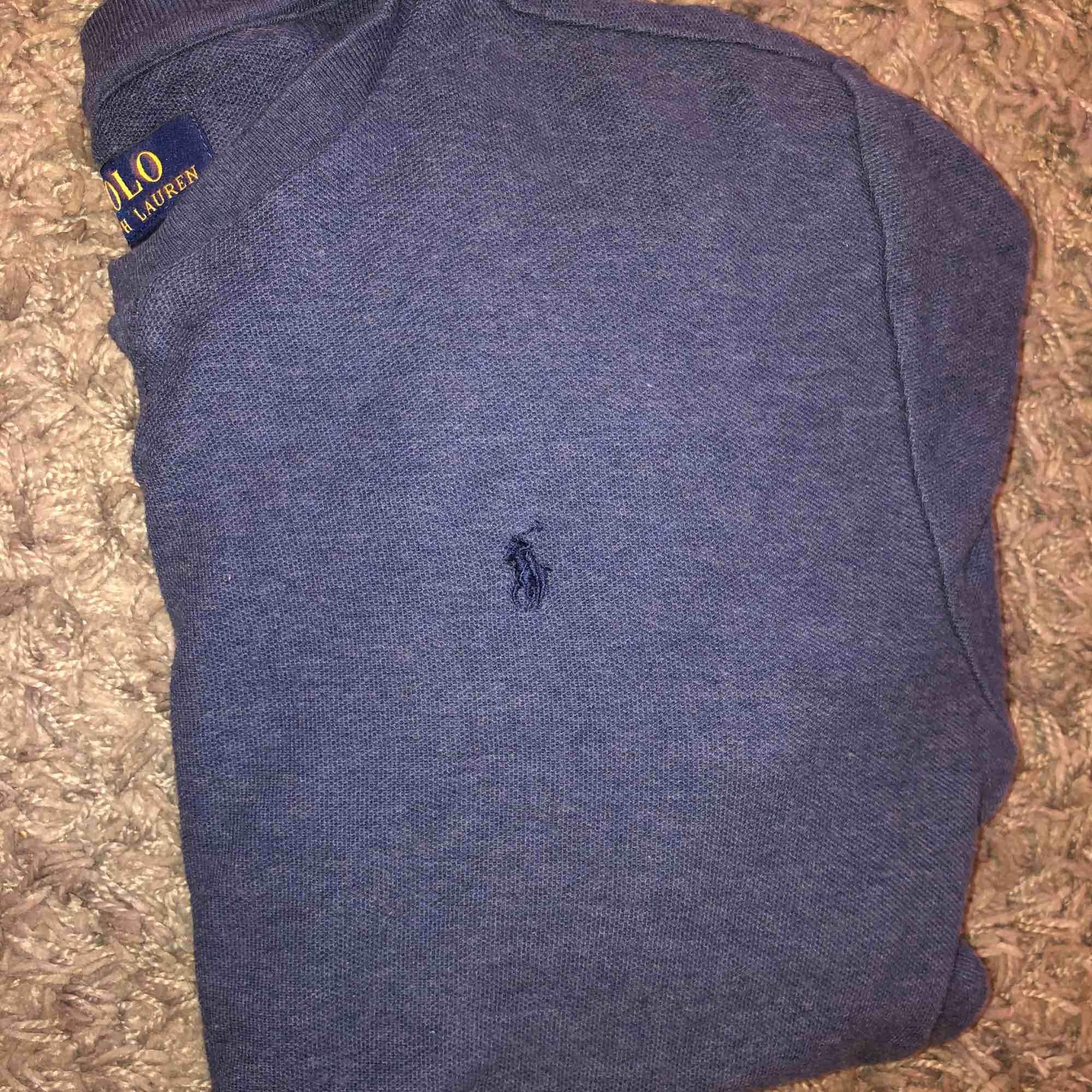 Ralph Lauren sweatshirt mörkblå, köpt för 795kr nästan aldrig använd, perfekt skick. . Huvtröjor & Träningströjor.
