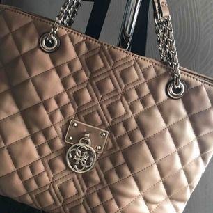 Handväska från Guess i perfekt skick. Kan skickas mot fraktkostnad.