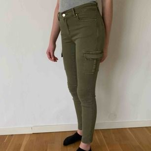 Knappt använda militärgröna byxor i storlek 34. Köparen står för frakten men kan mötas upp i Helsingborg.