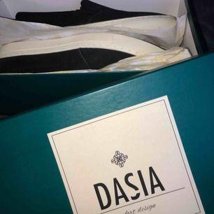 svarta slip-ons i mocka, från Dasia ☺️ endast testade. kan mötas i Falun eller skickas. frakten är inräknad i priset, allt som allt blir 350:- 😉