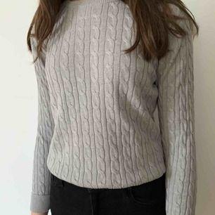Fin ribbstickad tröja inköpt i London. Storleken är 158-164 men skulle säga att den passar en xs-s. Köparen står för frakten men kan mötas upp i Helsingborg.