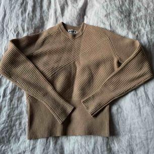 Stickad beige tröja från Hope i storlek 34-44. 80% ull. Är 164 och passar bra på mig. Kan skicka fler bilder. Fraktar eller möts i stockholm😌