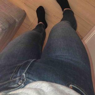 Säljer mina fina crocker jeans i modellen 212 super skinny magic, storlek 29 längd 30, högmidjade och i en fin blå färg, knappt använda därav priset & köparen står för frakten #crocker