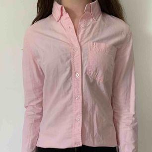 Fin skjorta från lager 157 i storlek s. Köparen står för frakten men kan mötas upp i Helsingborg.