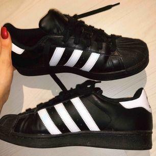 Svarta adidas skor i storlek 39 1/3 men skulle snarare säga att de är en storlek 39. Använt några få gånger och i gott skick!