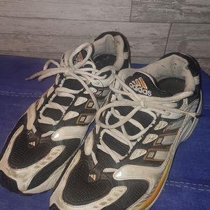 Adidas löparskor i storlek 43, 6/10 condition men fungerar fortfarande helt utmärkt. Frakt ingår i priset. DM fför fler bilder/info.