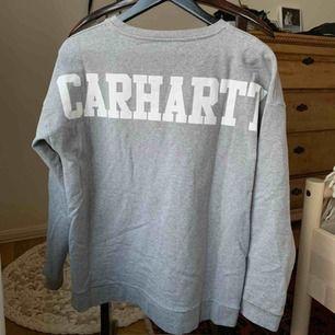 Jättefin pullover från Carhartt. Knappt använd och i mycket fint skick. Möts helst upp på söder men kan skicka om köparen betalar frakt! ☀️