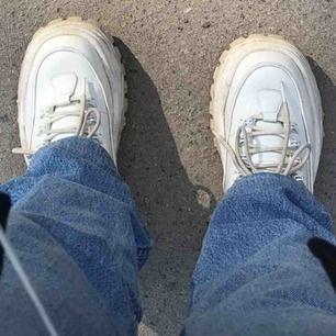 Eytys Angel i färgen vit patent, storlek 36, passar de med breda fötter. Välanvända men hela.