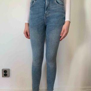Högmidjade jeans från zara i stl 36. Köparen står för frakten men kan mötas upp i Helsingborg.