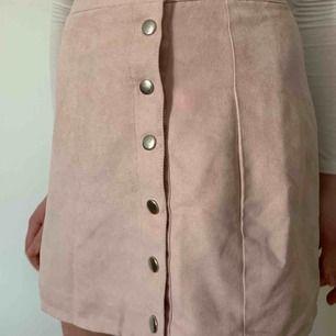Såå fin ljusrosa kjol från Hm i stl 36 men skulle säga att den är liten i storleken. Köparen står för frakten men kan mötas upp i Helsingborg.