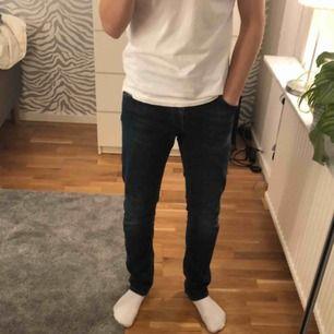 Supercoola mörkblå jeans från Replay, inköpta på MQ, Västerås för 1600kr. Super elastiska och jättesköna, jättebra skick, som nyköppta. PRIS GÅR ATT DISKUTERA