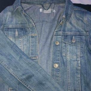 En helt vanligt blå jeansjacka, använd för några år sedan men kvaliteten är den samma, på lappen står de storlek 158 men passar mig som normalt har S