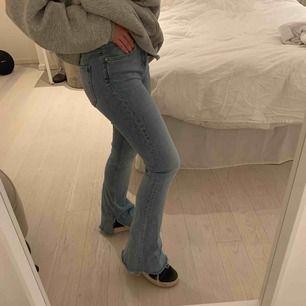 Snygga bootcut/flare jeans med egengjord slits. Ganska stretchigt material🕺🏻