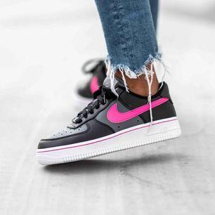 Intressekoll på minns helt nya Nike air force 1 i svart/rosa! Helt nya och därmed är skicket perfekt !