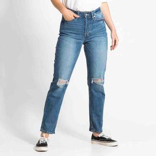 Jeans med högmidja och hål. Frakten inkluderad. Endast testade dvs hel nya, inga skador/ slitningar.