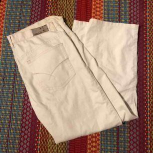 """Vita oversized """"jeans"""" från Humana, inte säker på storlek men gissar på M/L!"""