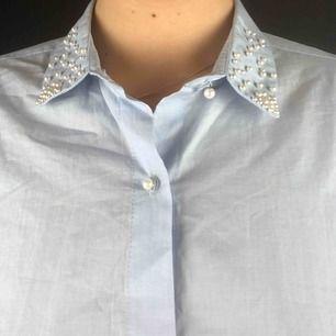 Ljusblå shorts från Zara med superfina detaljer vid kragen samt knapparna. Liter oversized och oanvänd.