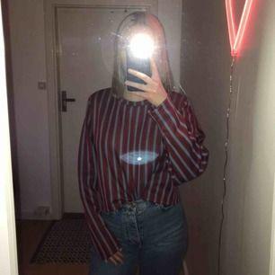 skitfin tröja som är röd, vit och blå randig. kommer från zara, har endast använt den en gång. köparen står frakten. tveka inte om du har några frågor💗💗💗