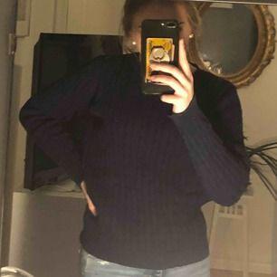 Stor i storleken, passar XS/S. Mörkblå ribbstickad tröja från holly&whyte, köpt på Lindex. Tjockt material. Blev konstig färg på bilden så skriv för fler bilder!