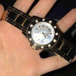 Säljer guld märkes klocka hel och fin knappt använd ni står för frakt ! Säljer för den inte kommer till användning mera