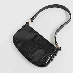 """SÖKER!!!!! Är det någon som är villig att sälja sin väska från asos (den svarta). I så fall, skicka ett """"dm"""" (ett meddelande härifrån)."""