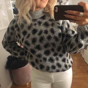 Säljer min jättesnygga gråa leopard tröja ifrån häggströms.