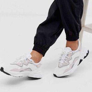 Adidas Ozweego i färgen cloud white/cloud white/core black i storlek 35. Köpta för 1200kr.  Använda tre gånger under en resa.  Bjuder på frakt enbart vid snabb affär; betalning via swish