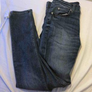 Använda ett fåtal gånger, nypris 400kr. Skönt material     Slim fitt byxor.