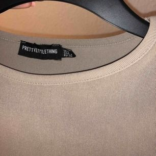 Sparsamt använd tröja från prettylittlethings. Den är ribbad och as snygg på. Frakt tillkommer