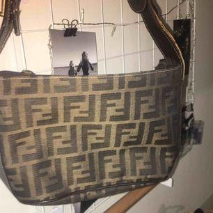 Världens finaste väska som är Fendi inspirerad!!🥰🥰🥰Har ett litet hål i väskbandet men inget som märks😃😃😃🤩