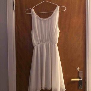 En jättefin vit klänning som man kan använda nästan när som helst!🥰 använd 1 gång