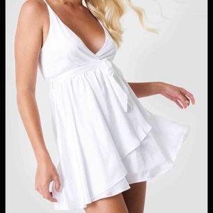Säljer denna superfina klänningen från Linn Ahlborgs kollektion tillsammans med nakd! Klänningen är aldrig använd så lapparna sitter kvar