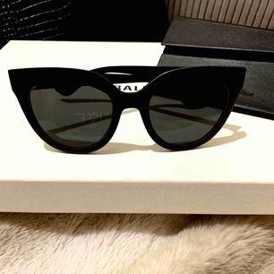 ÄKTA Cat eye solglasögon från Dior, modell Dior soft1. Köpta i Bryssel. Nypris 2900kr. Kommer med fodral och äkthetskort. Knappt använda. ENDAST seriösa svar tack !! Frakt 89kr. Betalning via swish.