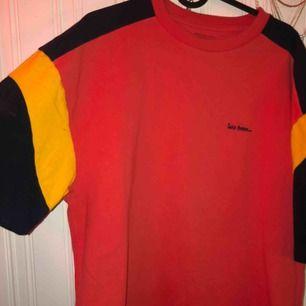 Säljer en tröja från Urban outfitters då jag inte använt den så mycket :)) den är i M men är större i storleken! 🥰 (frakten ingår i priset)