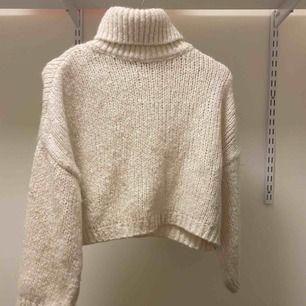 Jätte mysig stickad tröja med polokrage från chiquelle i storlek one size men jag skulle säga att de är en s/xs