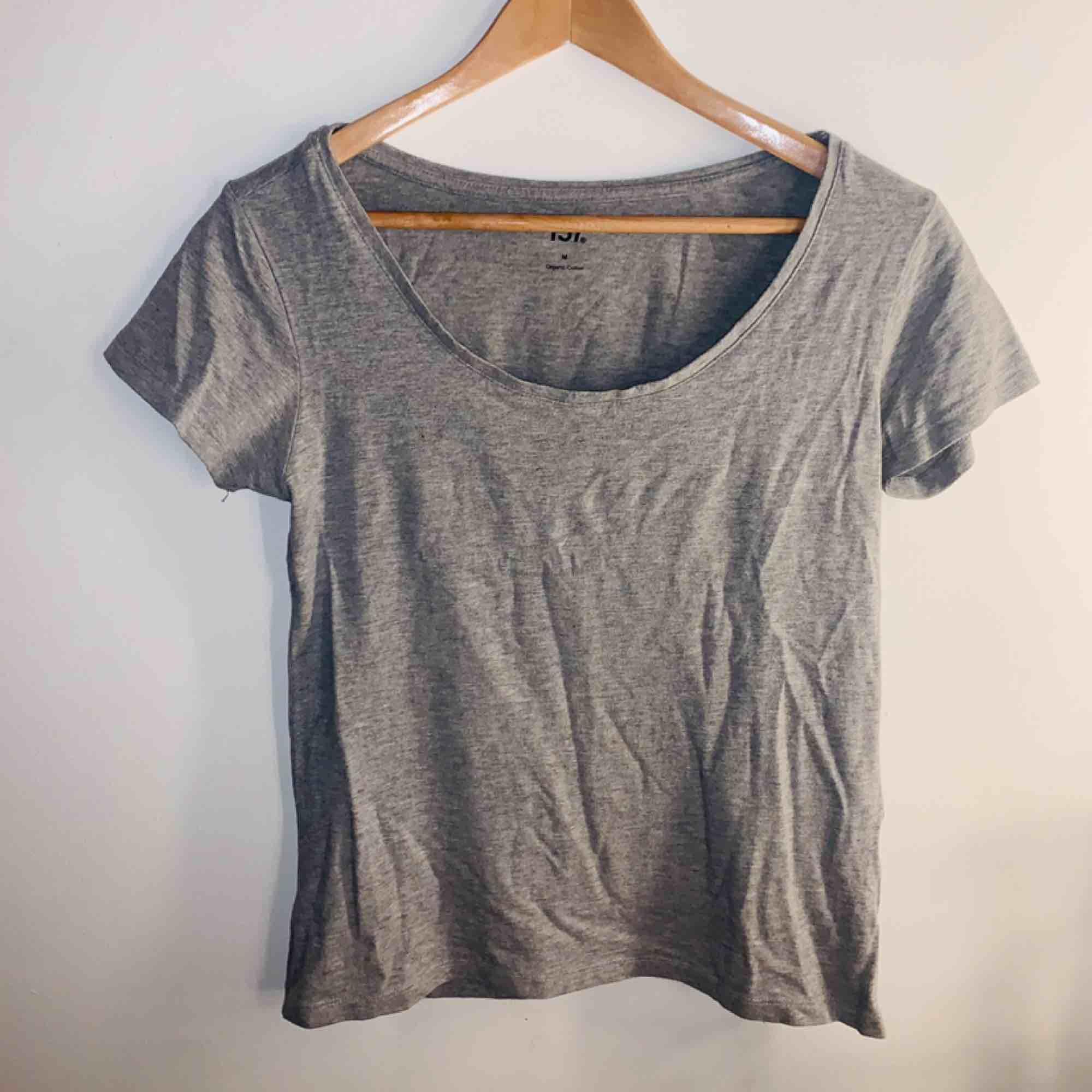 En basic grå tröja ifrån Lager 157, knappt används de senaste 2 åren, frakt ingår i pris 💫. T-shirts.