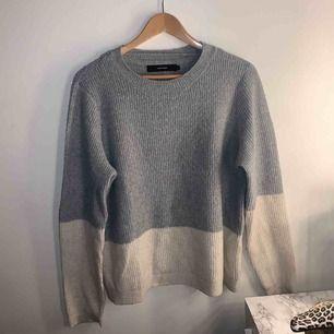 En mysig stickad tröja ifrån Vero Moda. Har tyvärr aldrig kommit till användning så därför säljer jag den nu. Den sticks inte! Frakt ingår i pris 💓