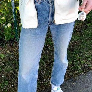 Säljer dessa Levis jeans pga. att jag inte längre använder de lika mycket. Jag köpte byxorna second hand och det är i samma skick som då.  (Frakten ingår i priset) 🥰🥰😊