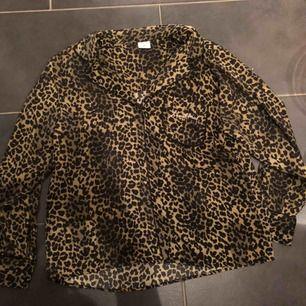 Grön leopard silkes skjorta från love stories x hm