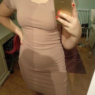 Fin rosa klänning från Bikbok i st M. Använd max 4 ggr och i nyskick. Frakt tillkommer och betalning sker via Swish ♥️