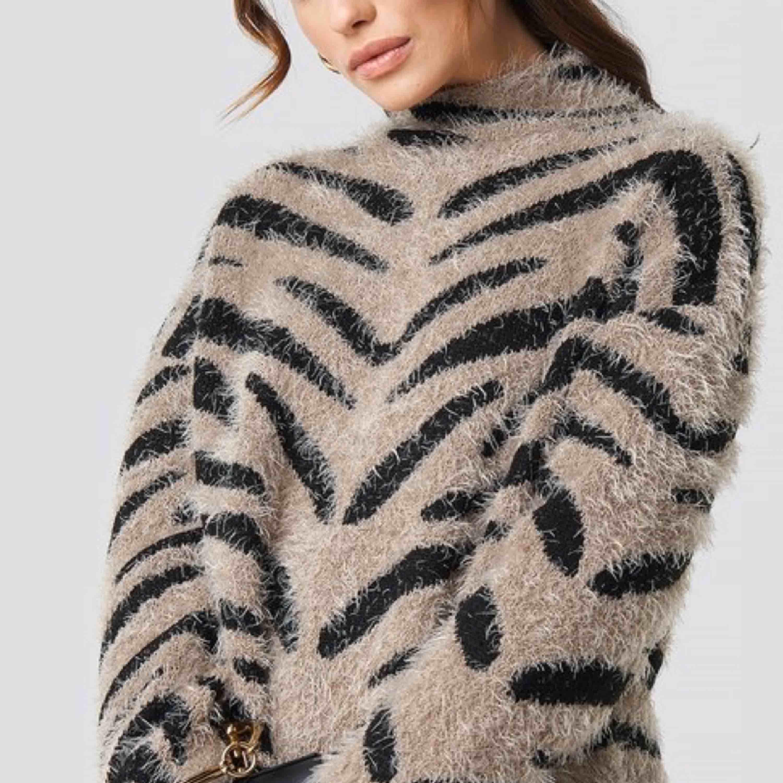 En zebra printed stickad tröja från nakd (första bild från hemsidan) använd fåtal ggr, är i nyskick. . Stickat.
