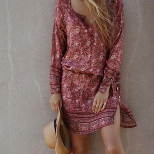 Jättefin klänning ifrån märket Fira. Strl S/M. Perfekt till sommaren.  Använd ett fåtal gånger.   Pris 300:-