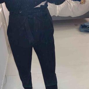 Svarta kostymbyxor