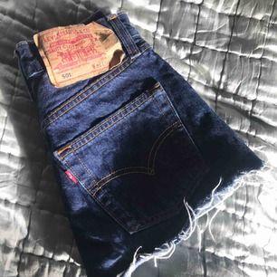 Levis shorts som passar xs. Skulle säga att dem passar någon med 24 i midjan, tajta om man har 25.  Köpta på urban outfitters.