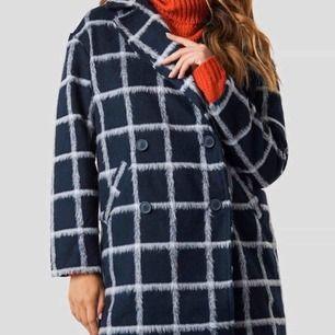 Säljer en jätte fin kappa från NAKD. Är i ny sick då jag bara använt den 3 ggr.
