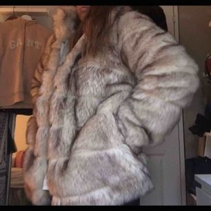 En päls jacka från Nelly, nästan helt ny använd ett fåtal gånger.