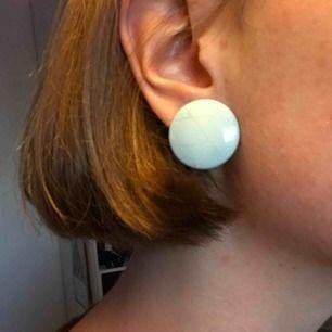 Klarblå släta örhängen! Köpta för 150 i vintagebutik! Knipps så vem som helst kan använda! Möts i Stockholm eller fraktar för 10kr