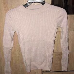 Kavelstickad tröja från ginatricot
